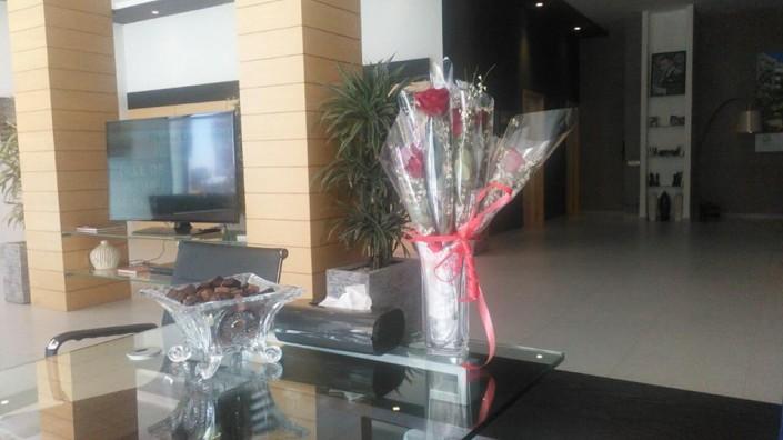 A l'occasion de la Journée de la Femme le 8 mars dernier, PERLA IMMOBILIER a tenu à rendre hommage à toutes les dames qui se sont présentées au niveau de ses 2 showrooms LA PERLE DE NOUACEUR et JNANE CALIFORNIE. Ainsi, durant toute cette journée un accueil personnalisé et des attentions particulières leurs ont été réservées avec l'offre de chocolats et de bouquets de roses. Un petit clin d'œil que PERLA IMMOBILIER a tenu à faire pour cette journée spéciale !